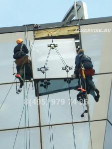 замена стеклопакета в алюминиевом фасаде, замена стеклопакета на высоте, замена стеклопакета при помщи промышленго альпиниста,